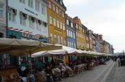 W sezonie trudno jest znaleźć miejsce w knajpkach Nyhavn.