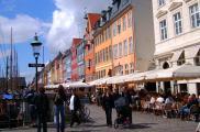 Po Nyhavn codziennie spacerują turyści z całego świata.