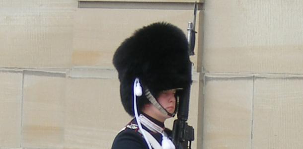 Żołnierz przez pałacem Amalienborg w Kopenhadze